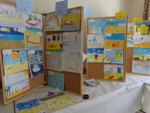 """Photographs of children's paintings on the theme of """"a seaside picture"""""""
